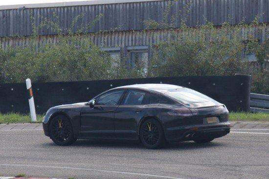 Porsche Panamera чёрного цвета, вид сбоку