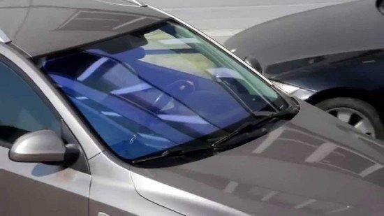 Автомобиль со стеклами, затонированными плёнкой 'Хамелеон'