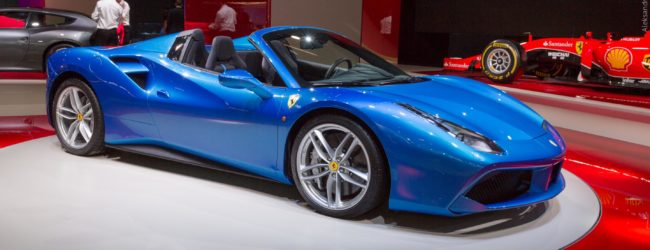 Ferrari 488 Spider синего цвета, вид сбоку