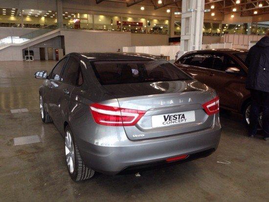 Lada Vesta цвета металлик, вид сзади