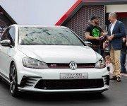 Volkswagen Golf GTI Clubsport белого цвета, вид спереди