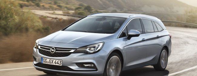 Opel Astra Sports Tourer цвета металлик, вид спереди