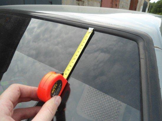 Рулеткой измеряем ширину и высоту стёкол