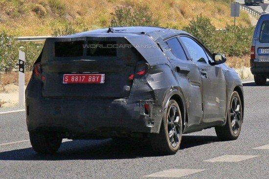 Toyota C-HR в камуфляже, вид сзади