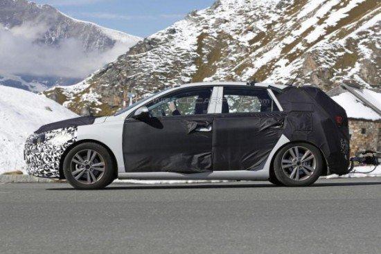 Новый Hyundai i30 в камуфляже, вид сбоку