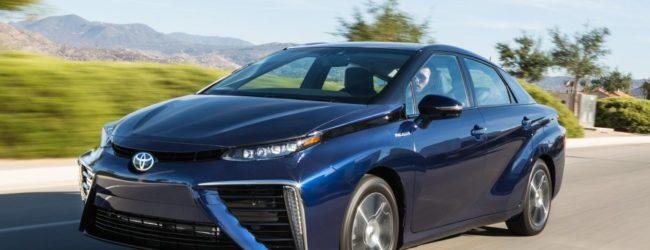 Toyota Mirai синего цвета, вид спереди