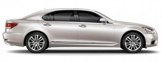 Седан Lexus LS серебристого цвета, вид сбоку