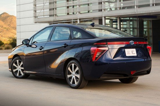 Toyota Mirai синего цвета, вид сзади