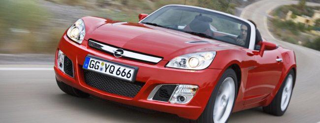 Opel GT красного цвета, вид спереди
