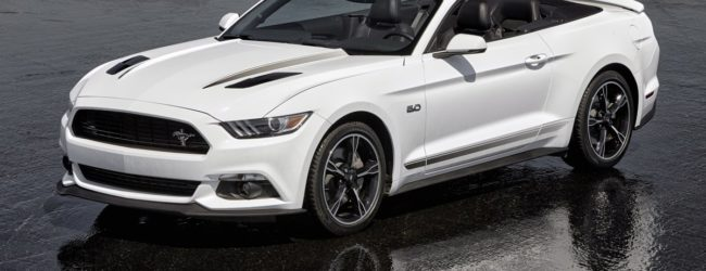 Ford Mustang GT белого цвета, вид спереди