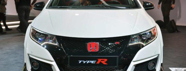 Honda Civic Type R белого цвета, вид спереди
