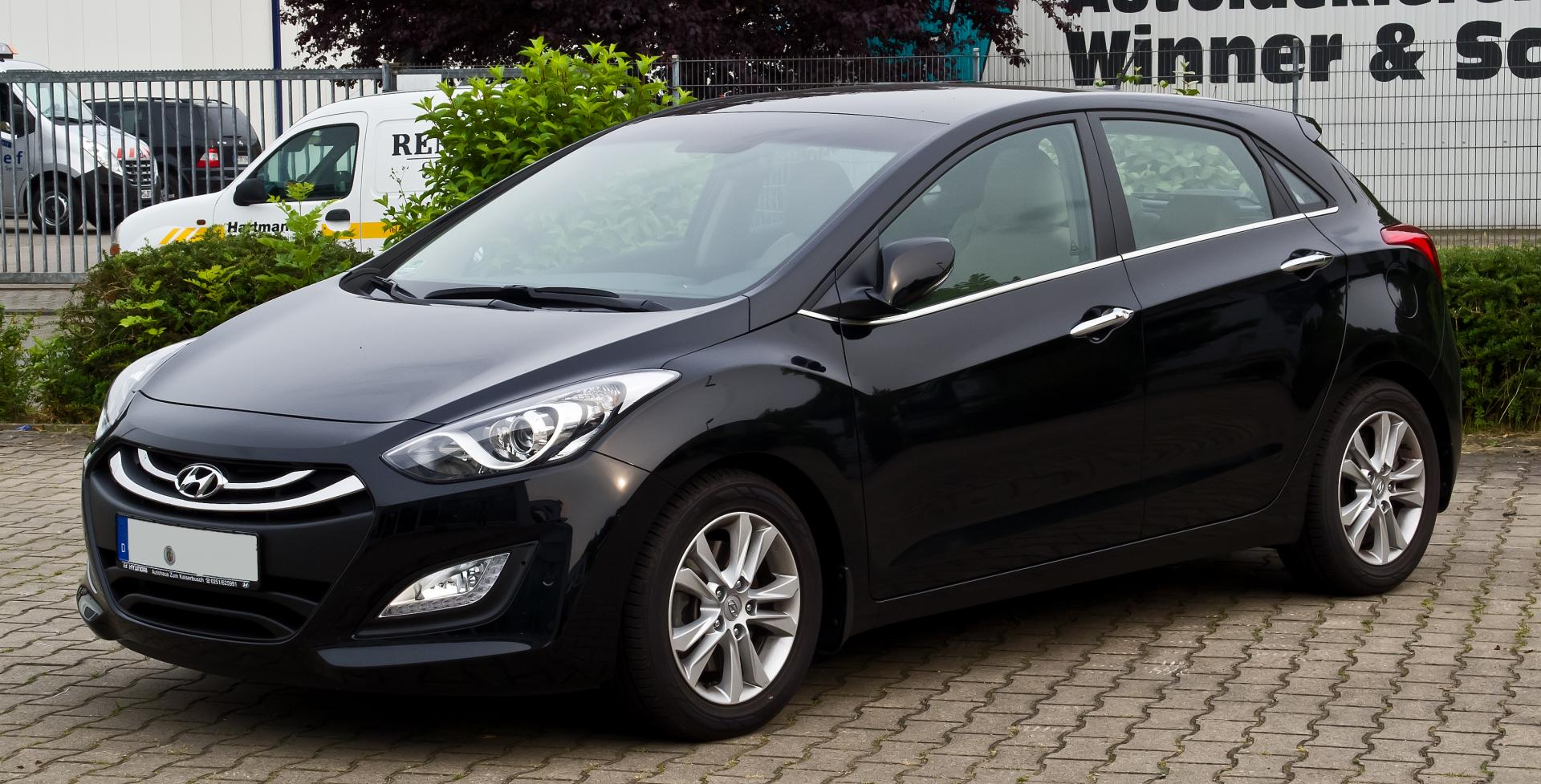 Hyundai i30 чёрного цвета, вид спереди