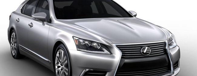 Седан Lexus LS серебристого цвета, вид спереди