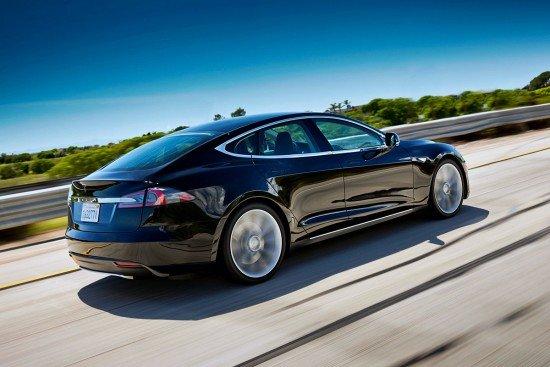 Tesla Model S чёрного цвета, вид сзади