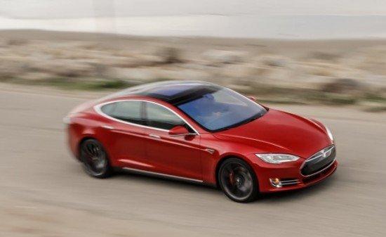 Tesla Model S красного цвета, вид сбоку