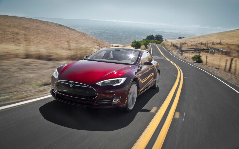 Tesla Model S красного цвета, вид спереди