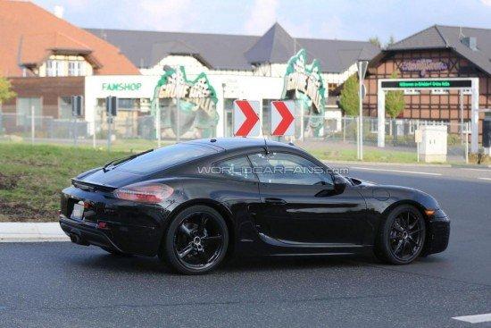 Porsche Cayman чёрного цвета, вид сбоку
