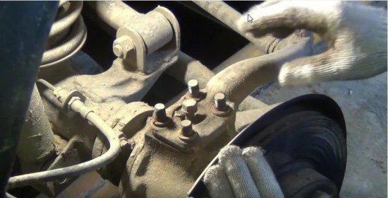 Гайки на сошке рулевой тяги сняты
