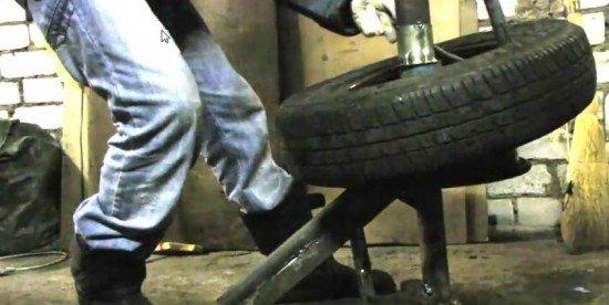 Начало снятия нижнего края шины
