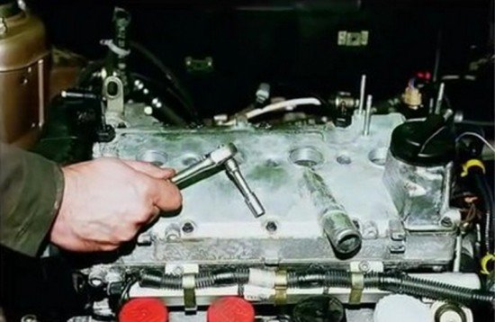 Откручивание клапанной крышки