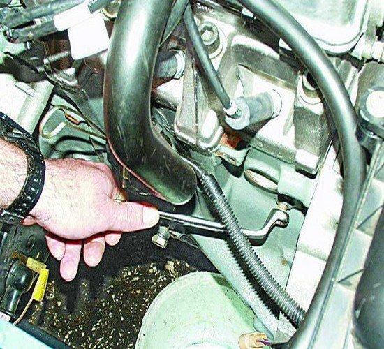 Отверстие для слива ОЖ в блоке цилиндров