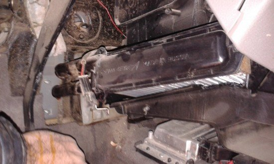 Вынимание радиатора из Лады Калина через отверстие в обшивке