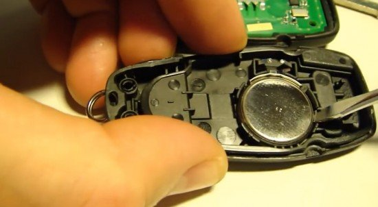 Батарейка в ключе Форд Фокус 3 поддевается отвёрткой