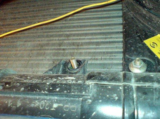 Откручивается болт сливного отверстия на ВАЗ 2114