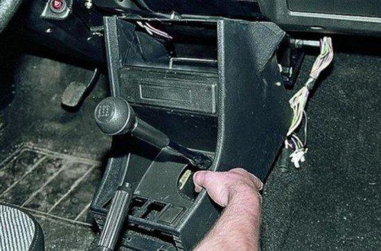 Извлечение центральной консоли ВАЗ 2107