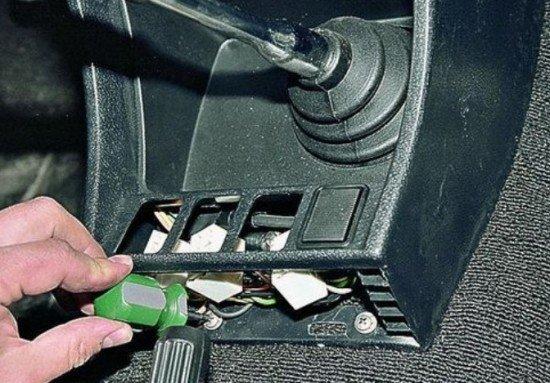 Выкручивание саморезов центральной консоли ВАЗ 2107