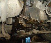 Следы от вытекшего масла на деталях двигателя