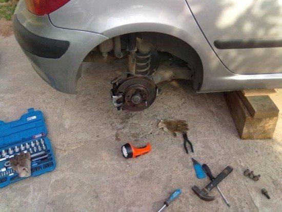 Подготовка автомобиля к замене датчика АБС