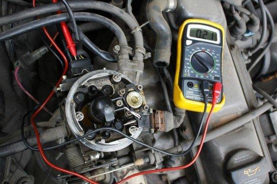 Проверка контактов в разъёме заслонки на установленном моновпрыске Volkswagen Passat B3