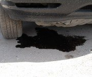Масляное пятно под днищем машины