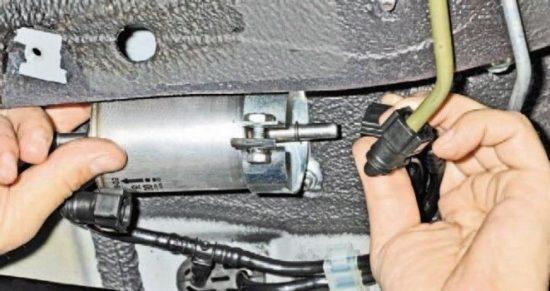 Извлечение топливного фильтра Chevrolet Niva