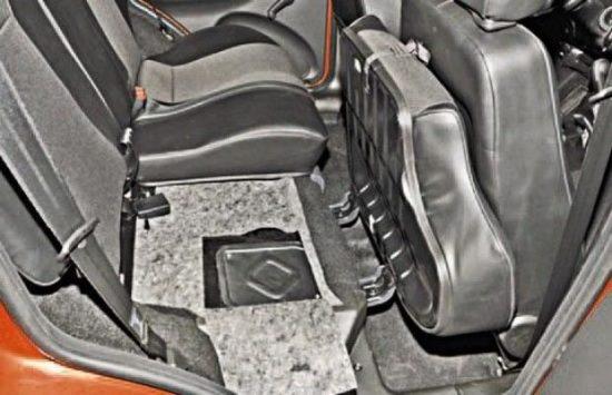 Поднятая подушка заднего сиденья Шевроле Нива