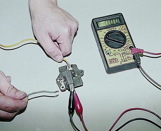 Проверка регулятора напряжения генератора мультиметром