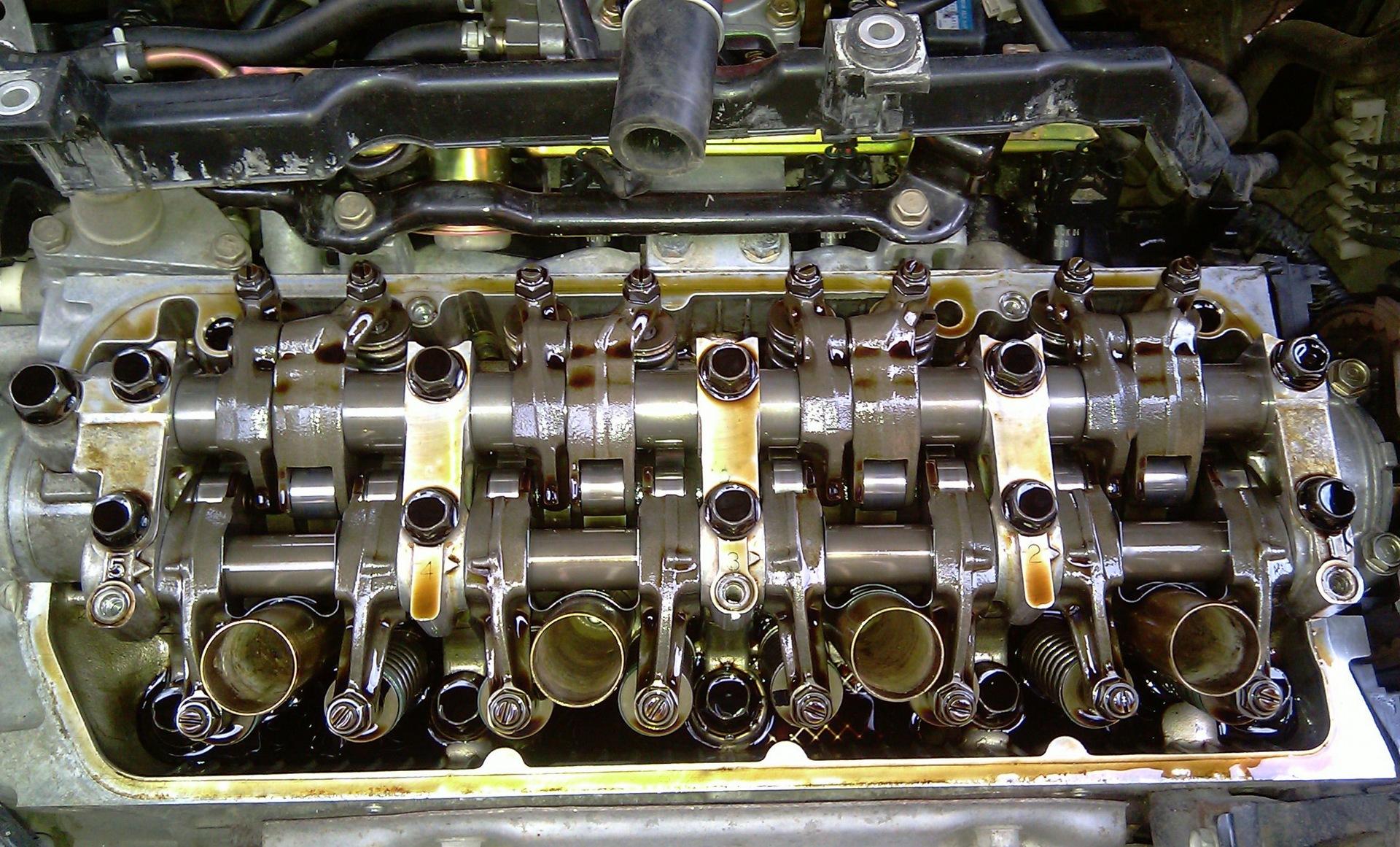 Разобранный двигатель для регулировки клапанов