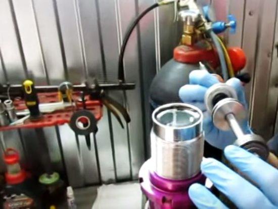 Закачка масла в отреставрированную стойку амортизатора