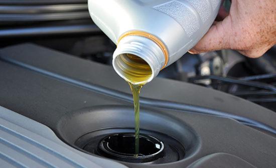 Доливка масла в двигатель