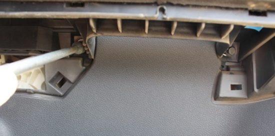 Извлечение саморезов из-под подлокотника двери Форд Фокус