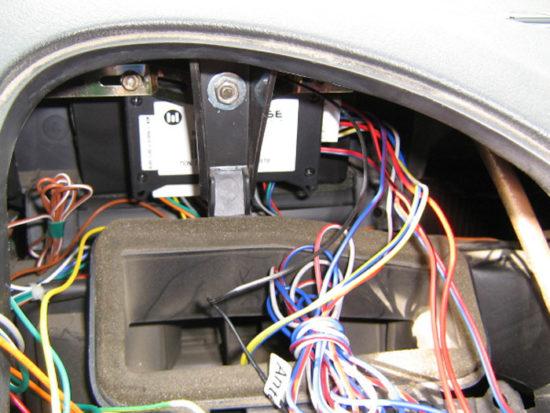 Место установки блока управления на автомобиле Citroen
