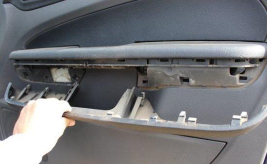 Снимается подлокотник двери Форд Фокус