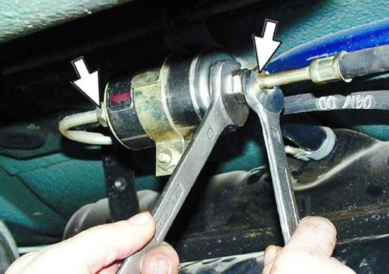 kak oslabit gayki filtra 550x387 - Фильтр грубой очистки топлива ваз 2114