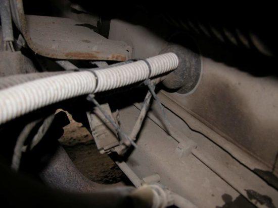 Вывод силового кабеля в моторный отсек