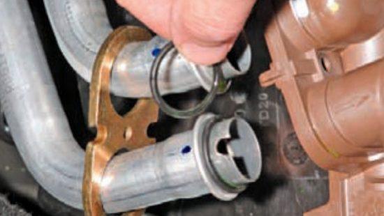 Снятие колец с радиатора «Рено Логан»