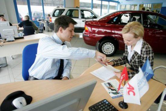 Общение покупателя с менеджером в автосалоне