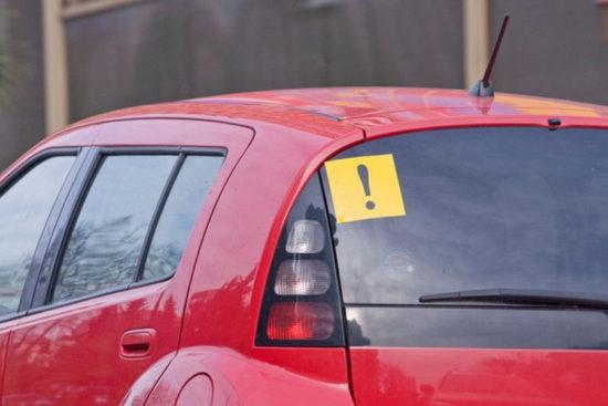 Знак «Начинающий водитель» на заднем стекле автомобиля