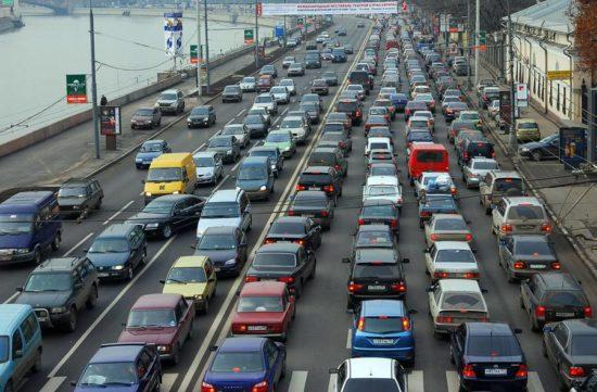 Машины на дороге в большом городе