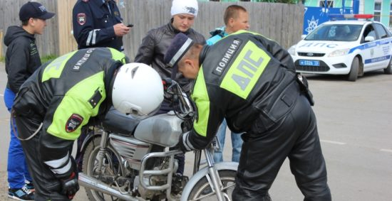 Сотрудники ГИБДД осматривают мотоцикл у подростков